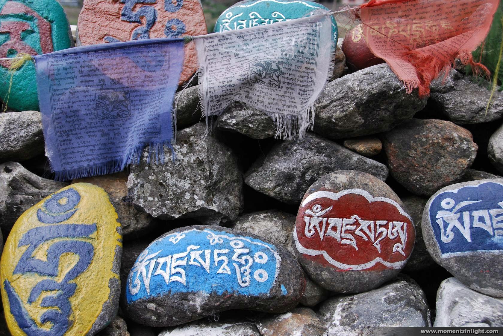 Gebetrsfahnen-mit-Steinen