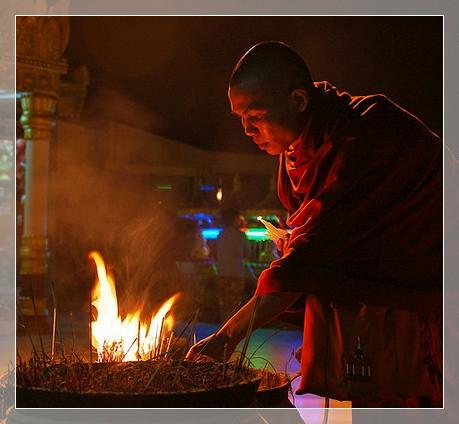 tibetischer Mönch mit Räucherstäbchen