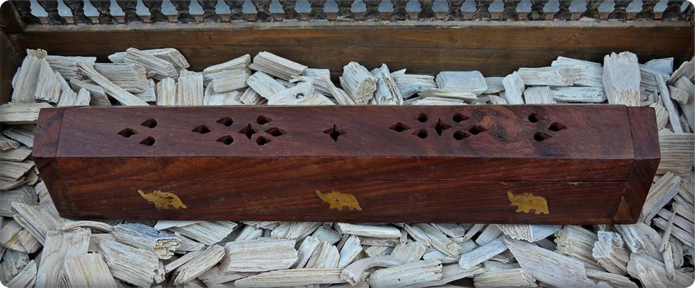 Räucherbox aus Holz mit Elefantenmuster