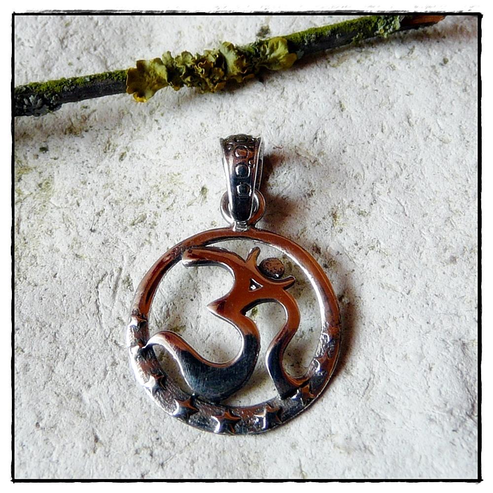OM-Symbol im Kreis mit Sternen