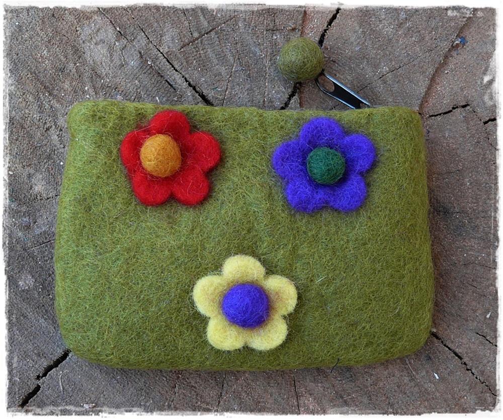Filzbörse mit Blumen olivegrün