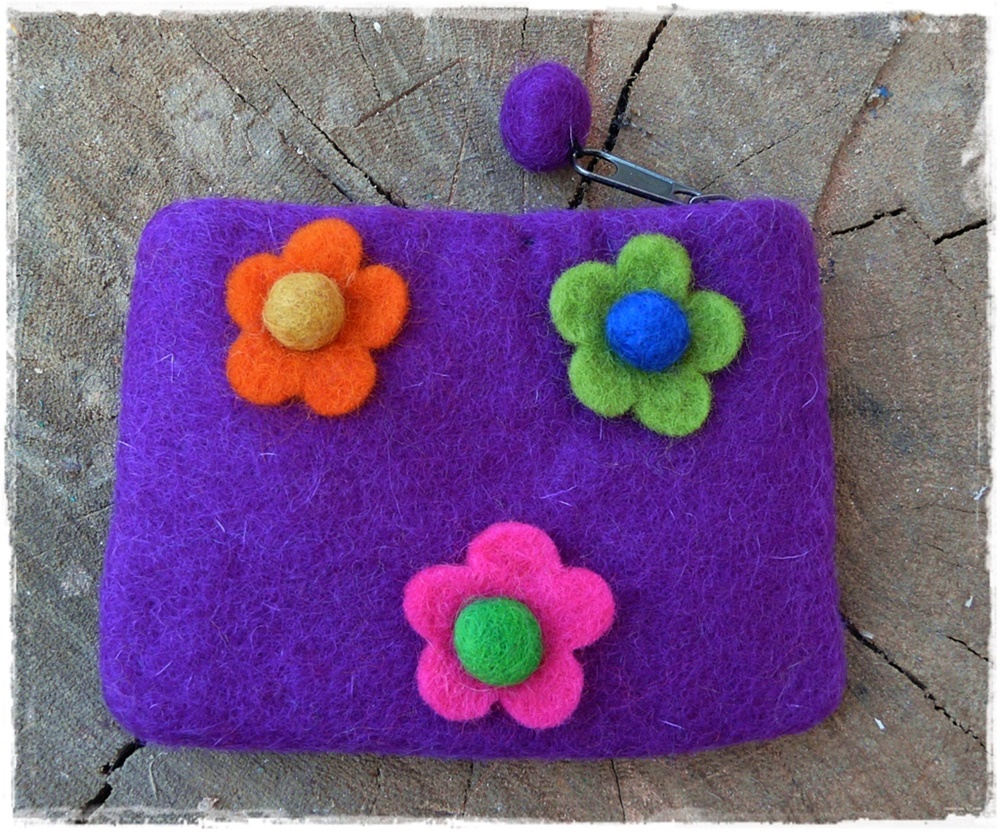 Filzbörse mit Blumen violett