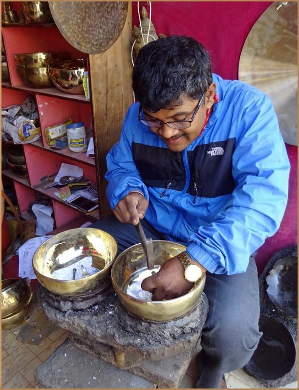 Handwerker bei der Bearbeitung einer Klangschale