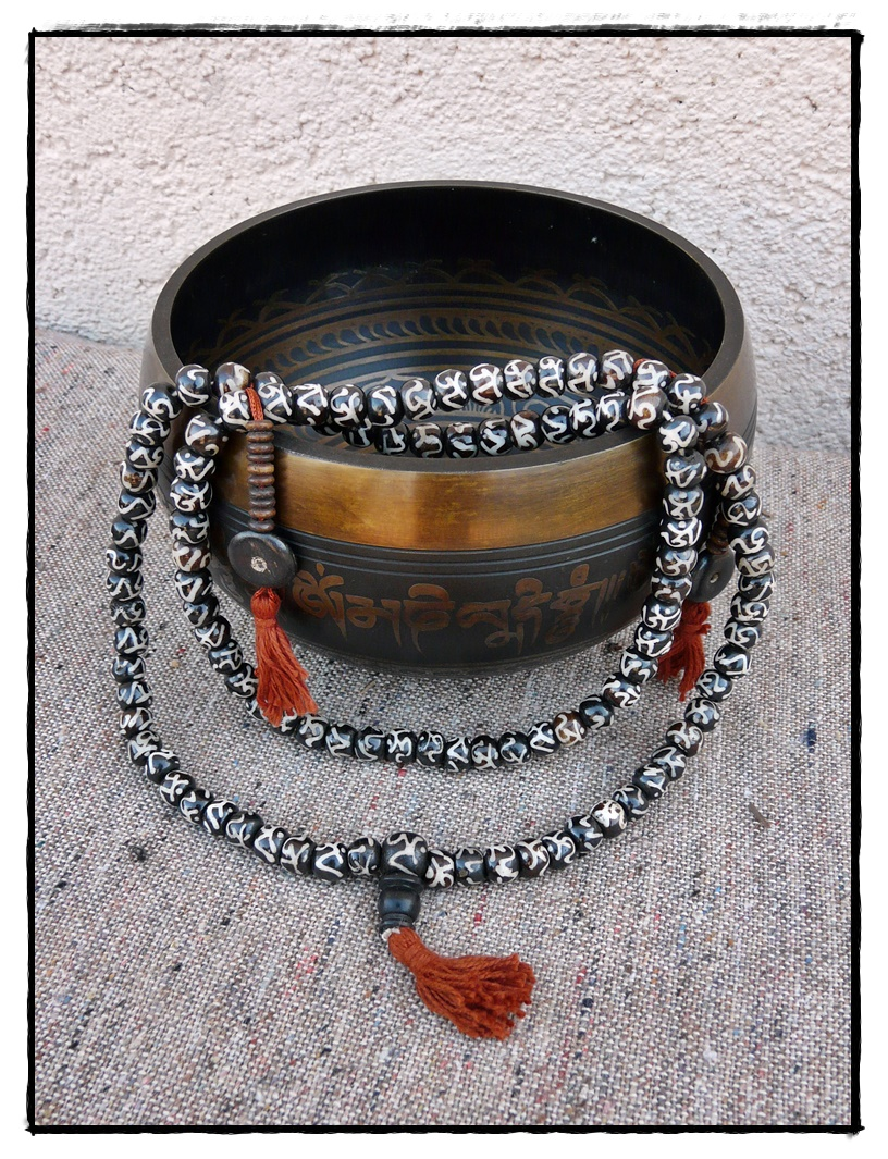 Mala aus Büffelknochen mit handbemalten Perlen, OM-Symbol