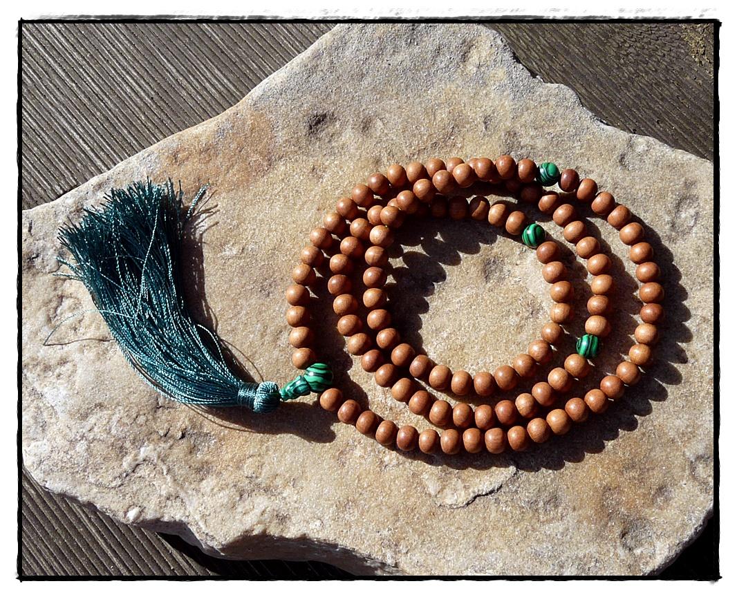 Sandelholz-Mala mit Malachit Perlen