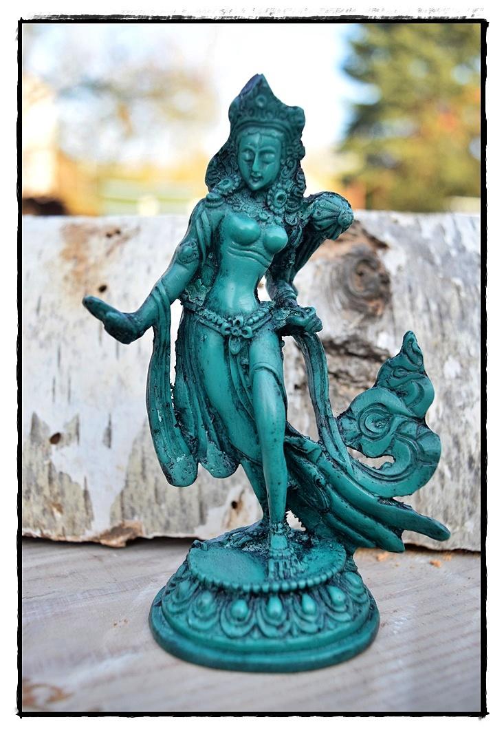 Kleine tanzende grüne Tara-Statue