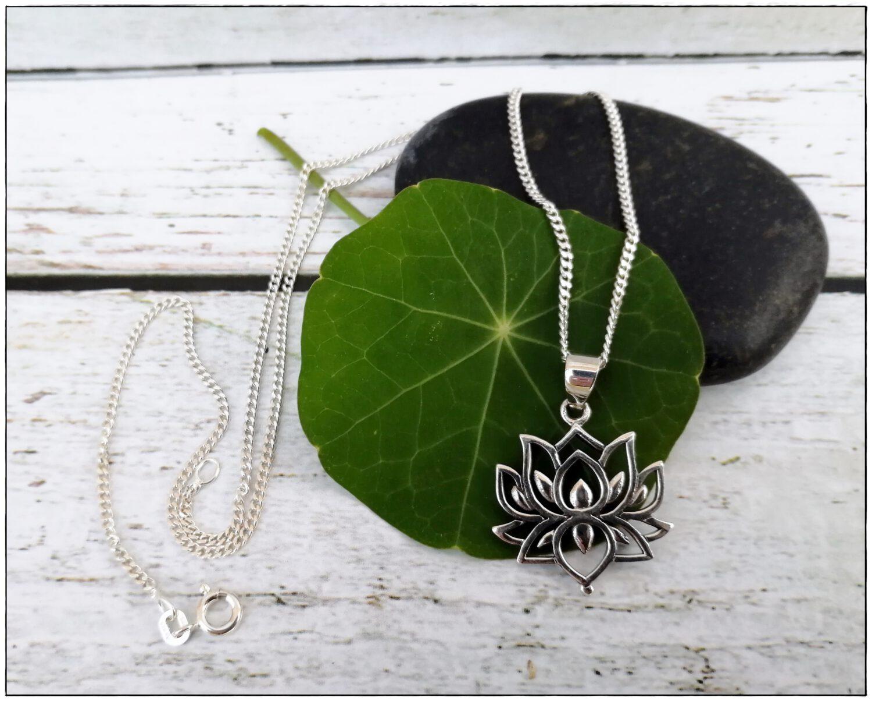 Halskette mit Lotusanhänger