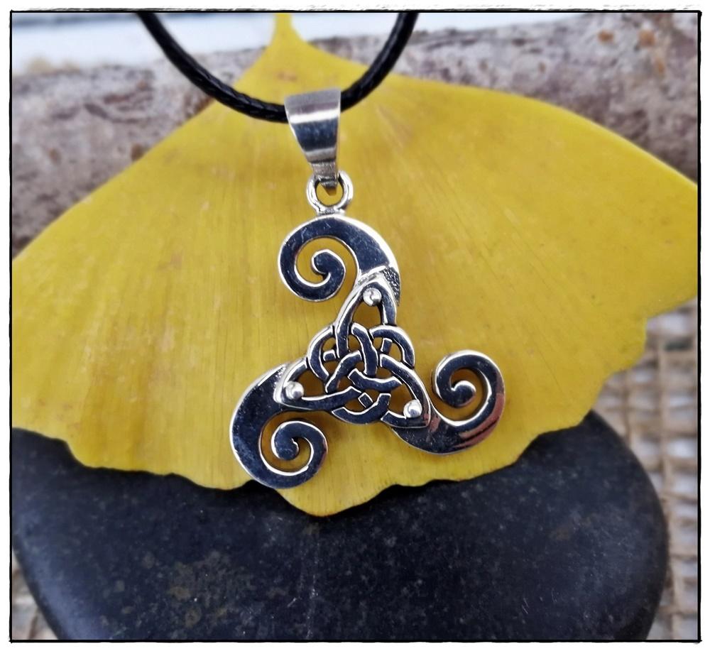 Anhänger Triskele mit keltischen Knoten