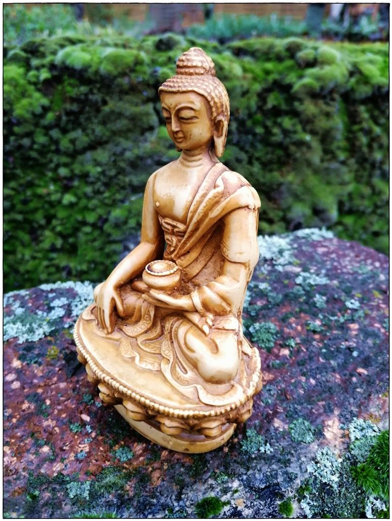 Buddha-Figur, elfenbeinfarbig