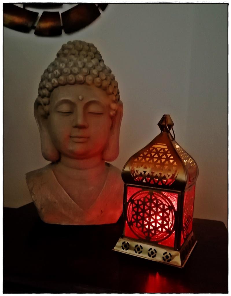 Laterne mit Buddhakopf