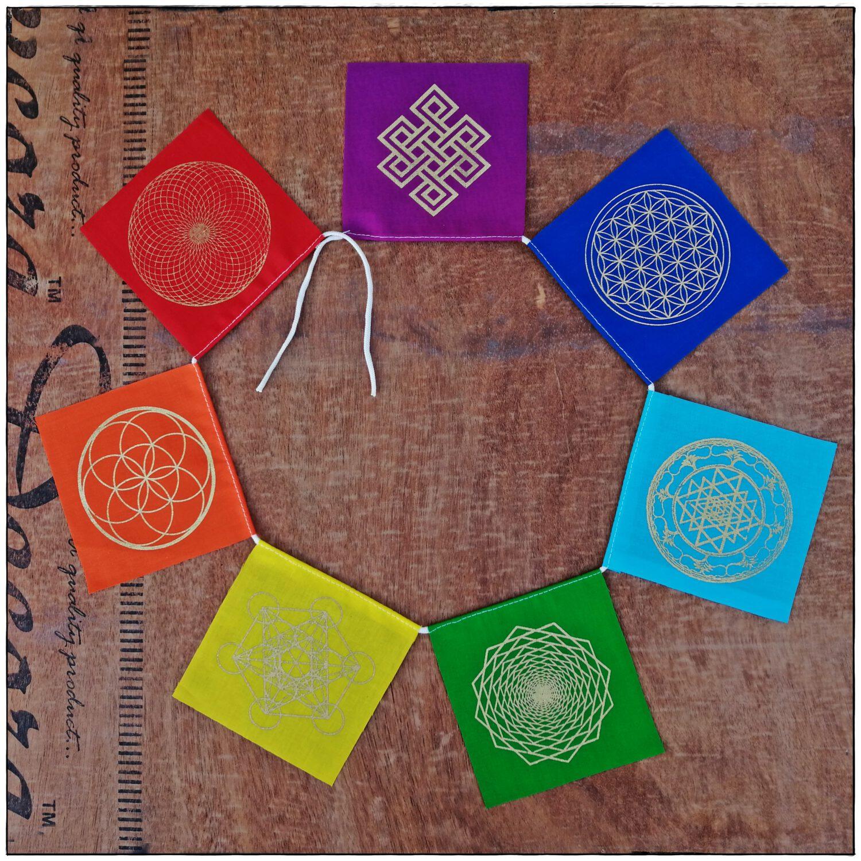 Chakra Gebetsfahne mit heiligen Symbolen